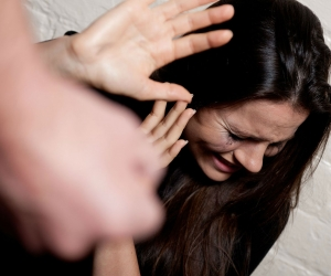 Vecinos del sector intervienen para evitar que el hombre siguiera golpeando a la mujer.