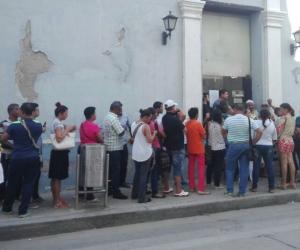 Samarios hacen largas filas para reclamar inconsistencias en la factura.