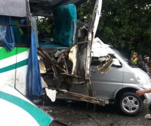 Un accidente múltiple en la vía Ciénaga – Fundación dejó 30 personas heridas.