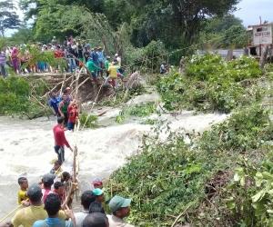 Habitantes de la región llegaron hasta el lugar donde se desbordó el río para tratar de detener la creciente.