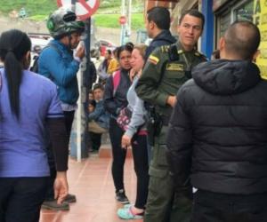 Familiares y autoridades a las afueras del centro médico donde murió la niña.
