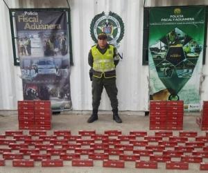 Entre la mercancía incautada se encuentran 194 unidades de confecciones, 280 pares de calzado, 1.100 unidades de medicamentos, 1.960 cajetillas de cigarrillos, 18 unidades de joyería, 100 unidades de gafas, 37 unidades de gorras.