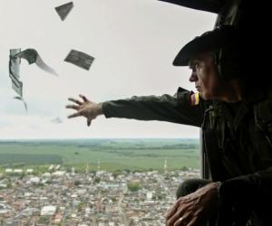 El comandante de la Policía Antinarcóticos, José Mendoza, lanza volantes informativos desde un helicóptero