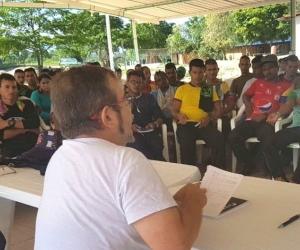 Rodrigo Londoño, dialogando con sus integrantes en una de las zonas veredales.