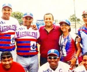 El sujeto de suéter rojo, ubicado en la mitad, es Diego García.