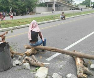 Los manifestantes bloquearon la vía que conduce de Santa Marta a Ciénaga.