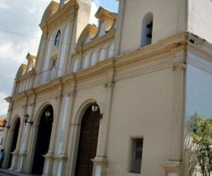 Una de las calles y la iglesia de San Joaquín, estado de Carabobo, en Venezuela.