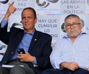 El negociador del proceso de paz con el Ejército de Liberación Nacional (ELN), Juan Camilo Restrepo (i), y el vocero del ELN en los diálogos de Quito, Juan Carlos Cuellar.