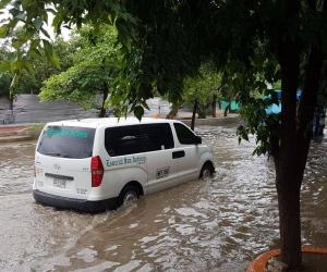 Así quedó la vía en el sector aledaño al Polideportivo tras el aguacero de este lunes.