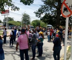 Los maestros bloquearon las vías en el sector de Mamatoco.
