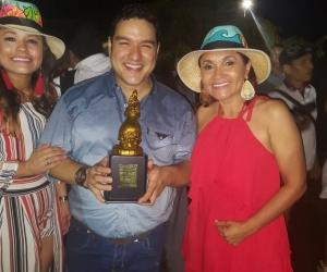 Rodolfo de la Valle exhibe el trofeo tras coronarse Rey Vallenato del Festival Indio Tayrona.