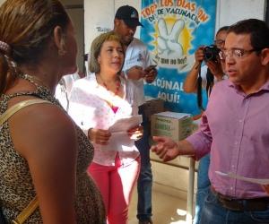 Alcalde Rafael Martínez, acompañado de la secretaria de Salud Blanca Fernández.