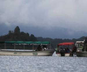 Un grupo de rescatista realiza operaciones de búsqueda luego de que una embarcación con aproximadamente 170 personas se hundiera.