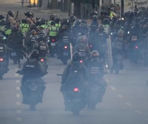 Efectivos de la Guardia Nacional Bolivariana (GNB, policía militarizada) transitan las calles durante una protesta antigubernamental hoy.