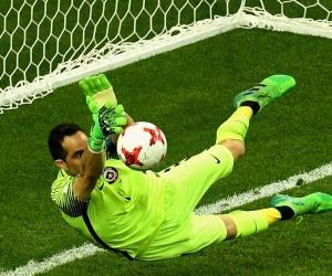 Bravo paró los únicos tres lanzamientos que pudo hacer Portugal.