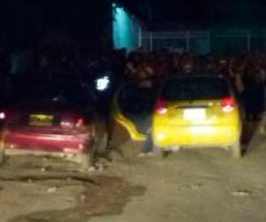 El taxi quedó en la vía con los dos cuerpos de las víctimas en su interior.
