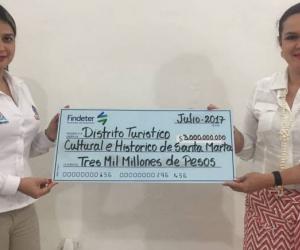 Findeter, hizo entrega de un cheque simbólico por $3 mil millones a la Secretaria de Hacienda de Santa Marta, Kelly Johana González.