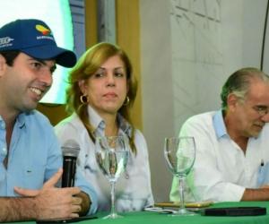 Clara Luz Rondán, directora de Coldeportes, acompaña a Daniel Noguera, director de los Juegos Centroamericanos y del Caribe.