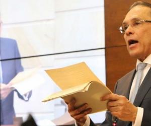 Efraín Cepeda leyendo su discurso al asumir la presidencia del Senado