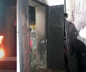 nstantes del conato de incendio en la puerta de la Iglesia.