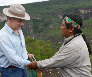 El Presidente con un líder indígena en la Serranía de Chiribiquete.