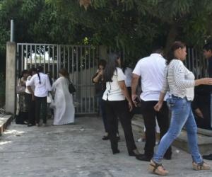 Familiares de las víctimas estaban afuera de Medicina Legal esperando la entrega de los restos.