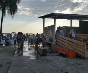 En los baños donados por la Drummond únicamente funcionan las duchas y permiten a los bañistas cambiarse.