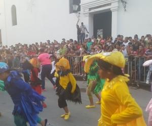 Los niños, que tienen la responsabilidad de mantener la tradición, también salieron al desfile.