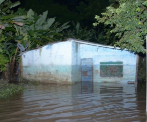 El desbordamiento del río Guachaca afectó a las familias aledañas.