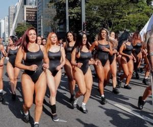 Las candidatas en pleno desfile.