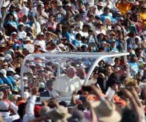 Papa Francisco durante un viaje.