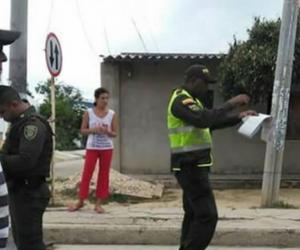 Imagen del momento en que el policía hace la advertencia en medio de la protesta.