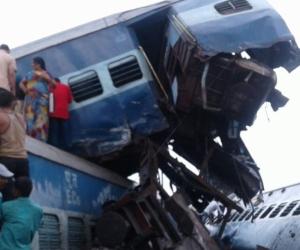 Improvisados socorristas intentan rescatar a los heridos en el descarrilamiento del tren.