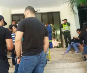 Denunciantes en la puerta de la Sijin en Barranquilla.