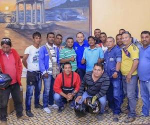 Alcalde y mototaxistas reunidos