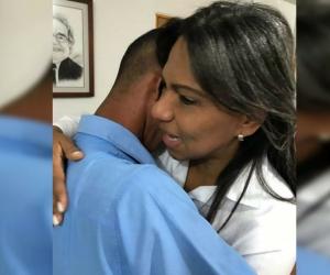 Después del irrespeto, la secretaria abrazó al estudiante y le presentó disculpas.
