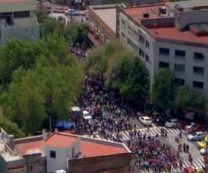 Así se ve la capital de México, la gente saliendo de los edificios.