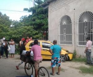 Taxi estrellado contra iglesia