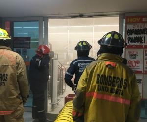 Los bomberos tuvieron que ventilar el establecimiento antes de proceder a controlar las llamas.