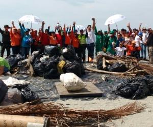 Essmar y la organización del festival de música electrónica Storyland, realizaron una Playatón para limpiar la playa.