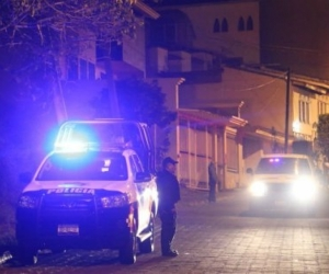 Los cuerpos estaban en una camioneta, con amenazas a las autoridades.