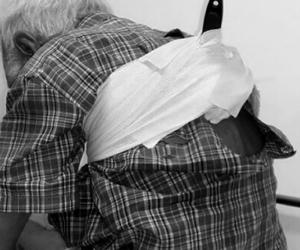 Anciano herido con puñal.
