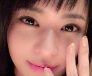 La maestra del sexo asiático mostrando su anillo de compromiso en la red social Weibo