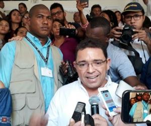 Rafael entregando declaraciones a su regreso a la alcaldía.