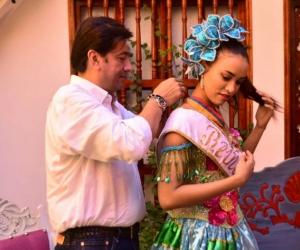 Condecorando a la Reina Central del Festival del Caimán