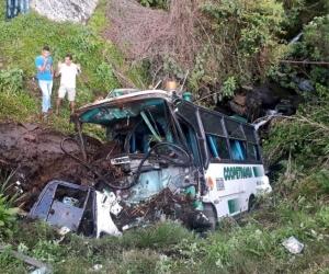 El vehículo fue embestido por un camión que circulaba en sentido contrario.