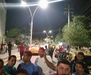 Decenas de taxistas llegaron hasta la clínica Mar Caribe para presionar la atención del compañero.