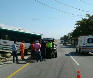 El sábado se registró el sexto accidente del 2018 en el sector de Aeromar, en esta ocasión una buseta se atravesó por el separador y colisionó con una camioneta.