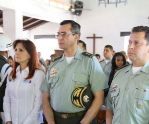 Gobernadora Rosa Cotes, acompañada de altos mandos de la Policía, en el funeral del patrullero Yamith Rada.