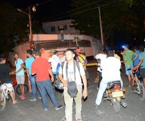 Algunos curiosos se acercaron al lugar donde quedó tendido el cuerpo del presunto atracador.